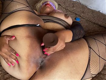 BIG BOOTY GRANNY FUCKING HERSELF WITH A BIG COCK